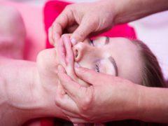 Как делать миофасциальный массаж лица: правильные техники и методики