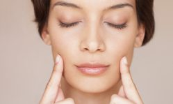Обвисшие щеки: почему появляется деффект и как устранить